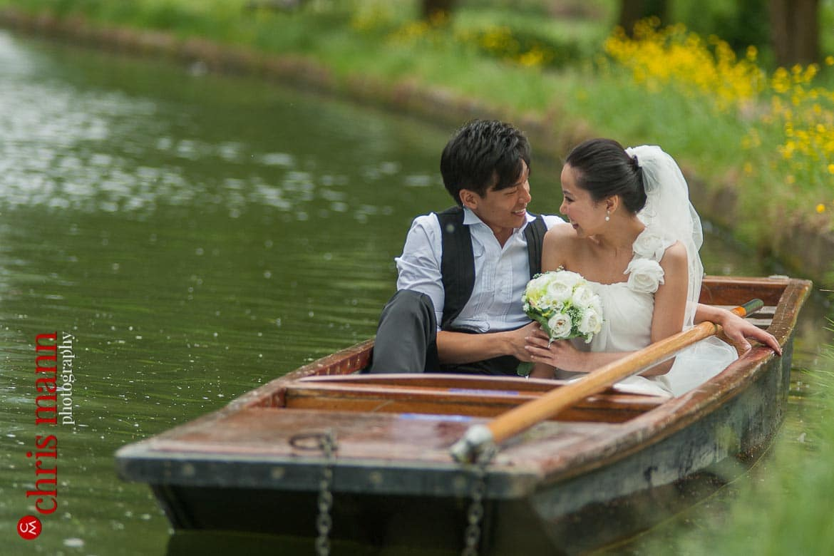 Cambridge engagement photo shoot punting on the river