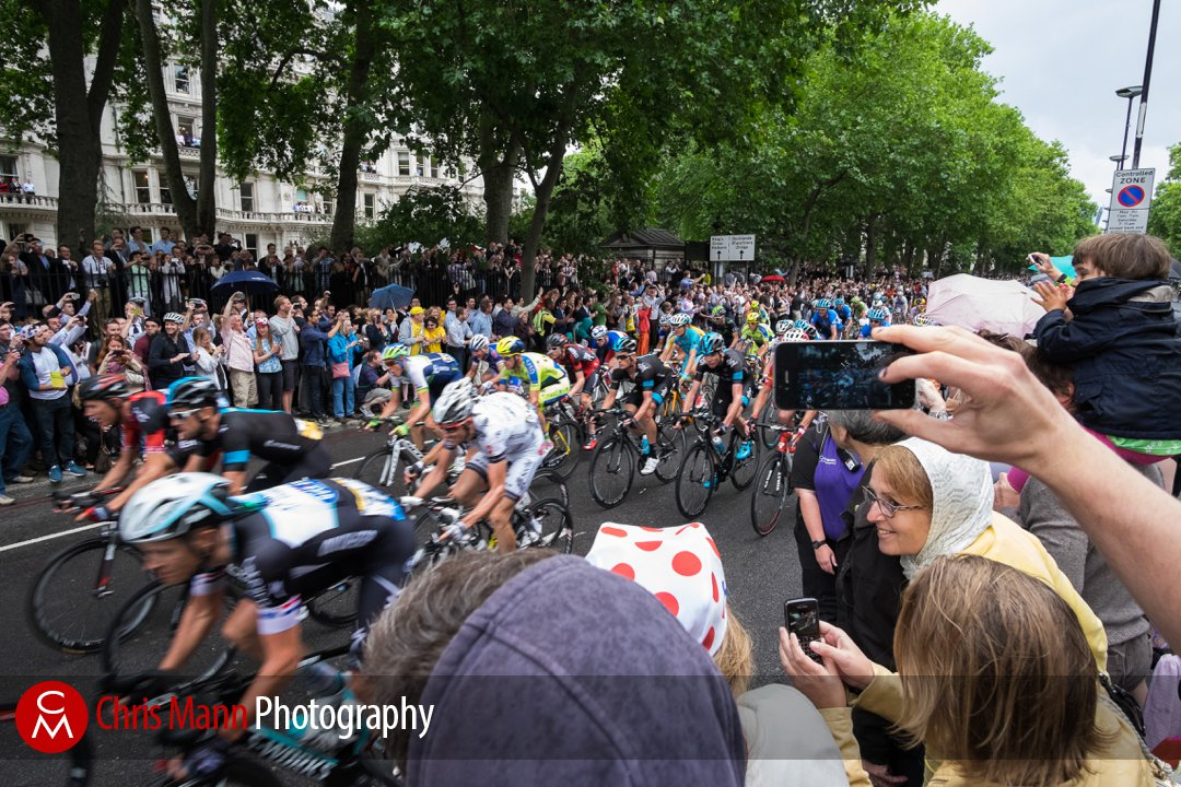Crowd cheers as the peloton rides by Tour de France 2014 stage 3 London