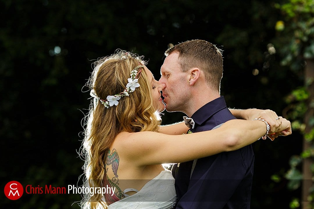 couple kiss in gardens