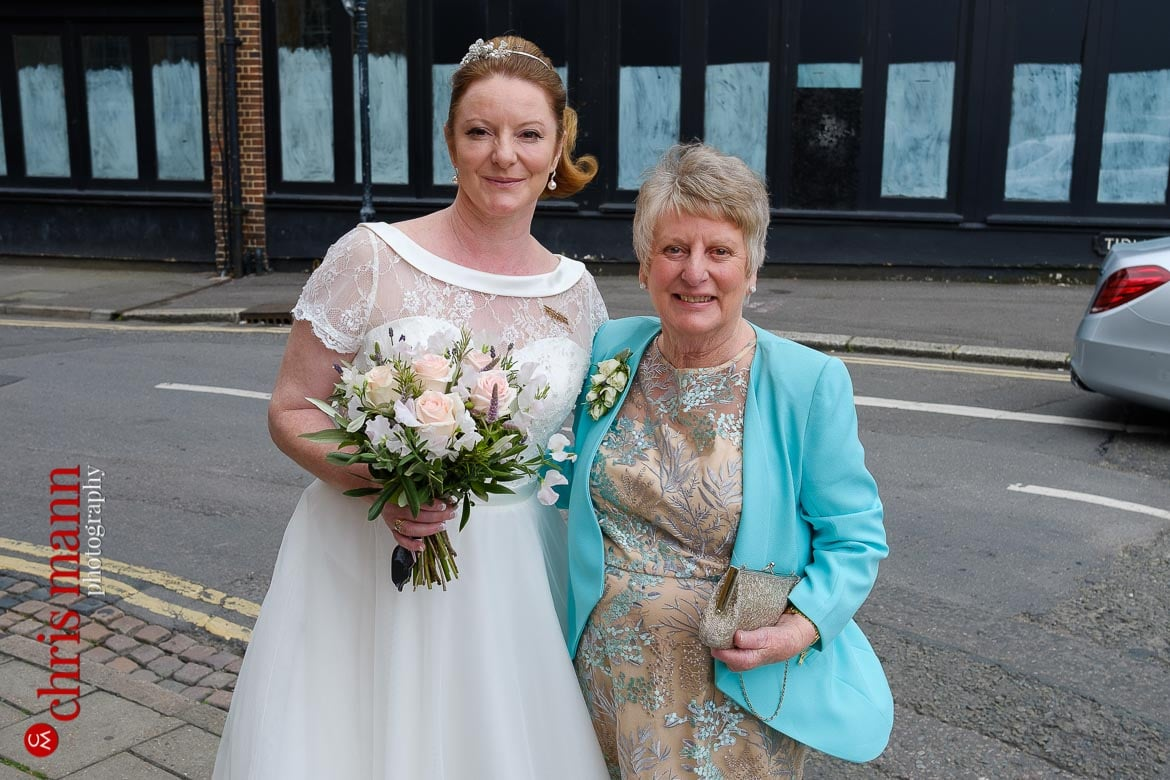 bride and mother arrive for Oxford Register Office Wedding